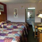 Red Carpet Inn Parkersburg WV 2 Double bed room