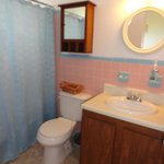  Unit 5 - Queen ocean view (bathroom)
