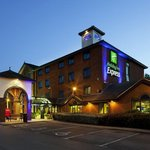  Holiday Inn Express Stafford by night