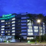  Holiday Inn Cairns by night