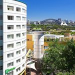 Enjoy spectacular views of Sydney harbour & easy access to the CBD