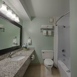  Guest Bathroom (2 Queens)