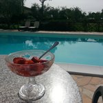 Piscina, sole e fragole fresche...