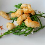 Shrimps with wild asparagus and cheese
