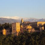  Vista de la Alhambra desde el mirador de San Nicols, con la sierra nevada al fondo.