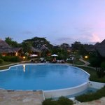  Piscina e bungalows al tramonto