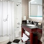 Hamilton Crowne Plaza Junior Suite Guest Bath