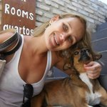 "Eu e ""Sugar"", mascote do hostel"