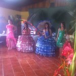  chicas con trajes reciclados