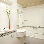  Guest Bathroom at Crowne Plaza Manchester Airport