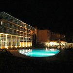  Pool/Hotel bei Nacht