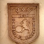 Crest of Leon inside the gallery grounds.