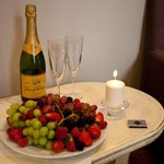 welcome package (sparkling wine, fruits and candles)