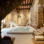 El Wellness Spa La Garriga es un espacio amplio, con tonos clidos, paredes de piedra