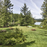  Lakeside resort with picnic areas to enjoy