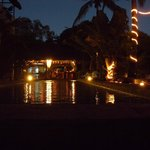piscina by night con vista sul bar