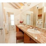  Beachfront Deluxe Room Bathroom