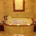 Special arrangements, romantic bubble bath with champagne & strawberries await!