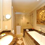 Deluxe & Executive Room Bathroom