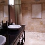 The Carriage House Suites - Bathroom