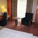 Steigenberger Hotel; room with desk and easy chair