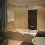 Geniesserzimmer suite / bathroom