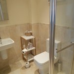 Spacious ensuite in room 1 Bracken Lodge