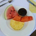 The morning fruit plate even the wood apple was mixed to make it easy to eat -