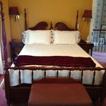 Nathaniel Hawthorne Room Queen & Twin beds