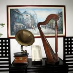 The gramophone and the harp at the lobby.