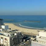Вид справа из номера Mediterranean View Executive Suite отеля Isrotel Tower Tel-Aviv