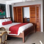 Tropical Suites resmi