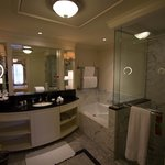 Parnell suite bathroom