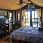Turpentine Creek Overnight Lodging resmi