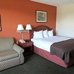 AAOTWARQEAmeric Inn Ottumwa Queen