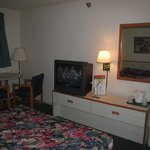 Mountain Host Motor Inn: room wi