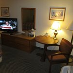 Days Inn Thermopolis: room with table and TV