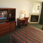 Liberty Inn Lincoln City:room with desk, fire place and TV