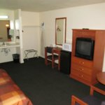 North Bay Inn, Santa Rosa: room with desk, TV and wash basin