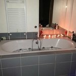 Whirlpool bath, perfect for candles and champagne :)