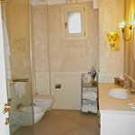 bathroom----lake view room.