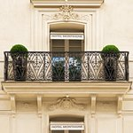 Facade hotel Montaigne Paris