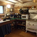 A Captain's Quarters, Galiano's 1894 Heritage Log House의 사진