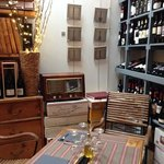 interieur du bar a vins...