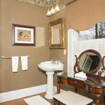 Roosevelt Deluxe Suite - vanity table and pedestal sink
