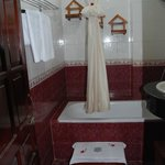 Nhi Nhi Hotel - Bathroom