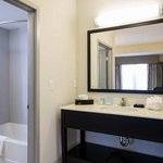 2 Queen Studio Suite Bathroom