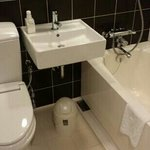 Nice modern bathroom with toothbrush, paste, shampoo and conditioner provided