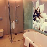 Huge bathtub & beautiful orchid motifs