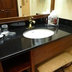 Sufficient sink area with good ligh